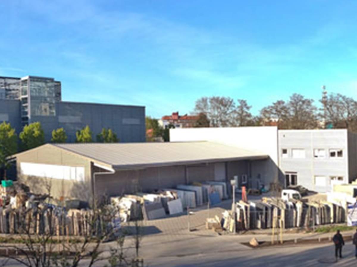 Der Hamburger Fachbetrieb Marmor-Möller importiert und verarbeitet Naturstein: um Ihren Traum von einem Marmor-Bad, einer Sandstein-Terrasse oder einem Granit-Fußboden zu erfüllen