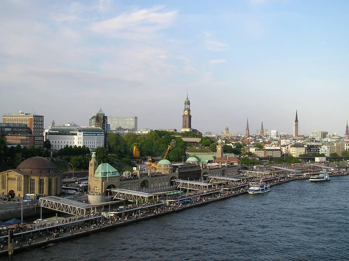 Die kleinen Schiffe von Barkassen Pahl prägen seit zig Jahren das Stadtbild – denn die Hafenrundfahrt gehört genauso zu Hamburg wie der Michel oder das Rathaus. Auch für Hamburger lohnt sich die Tour immer wieder und vielleicht sogar mal ein Charterschiff, um eine besondere Gelegenheit zu feiern.