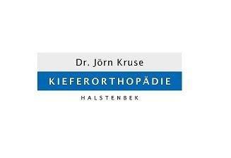 Die kieferorthopädische Behandlung korrigiert Zahn- und Kieferfehlstellungen und verbessert neben der Ästhetik auch die Kaufunktion, die Sprache und die Atmung. Mögliche Fehlhaltungen wie zum Beispiel eine offene Mundhaltung oder ein mangelnder Lippenschluss werden korrigiert. Seit neuestem gibt es in Halstenbek die kieferorthopädische Fachpraxis von Dr. Jörn Kruse, die sich auf diese Behandlungsziele konzentriert und so Patienten vom Kindes- bis Erwachsenenalter kieferorthopädisch betreut.