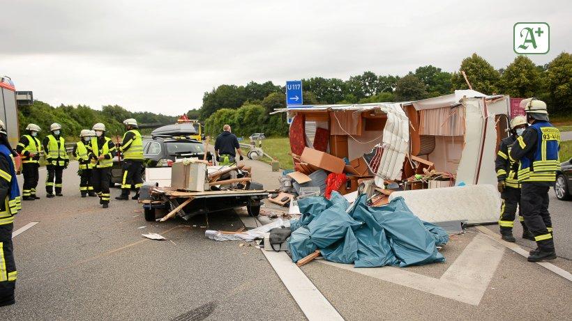 Stau nach Unfall auf A24: Kleinbus rammt Wohnwagengespann