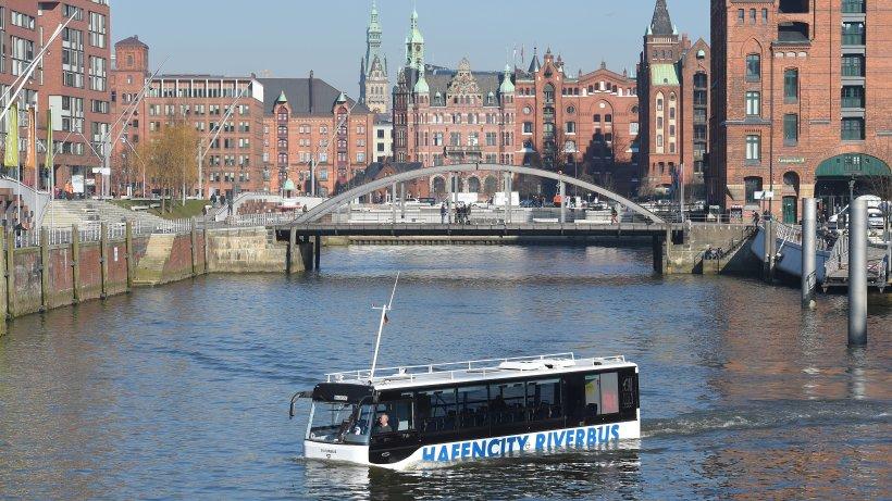 das video  so schwimmt der riverbus durch die hafencity