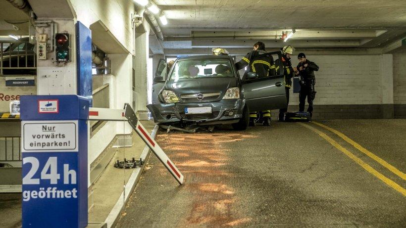 autofahrer zerst rt mehrere schranken im parkhaus hamburg aktuelle news aus den stadtteilen. Black Bedroom Furniture Sets. Home Design Ideas