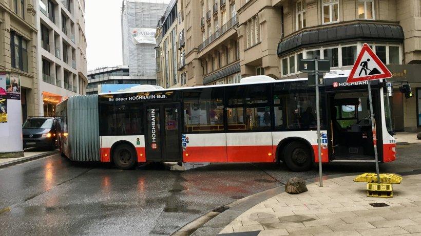 hvv bus rammmt falsch geparkten kleintransporter hamburg aktuelle news aus den stadtteilen. Black Bedroom Furniture Sets. Home Design Ideas