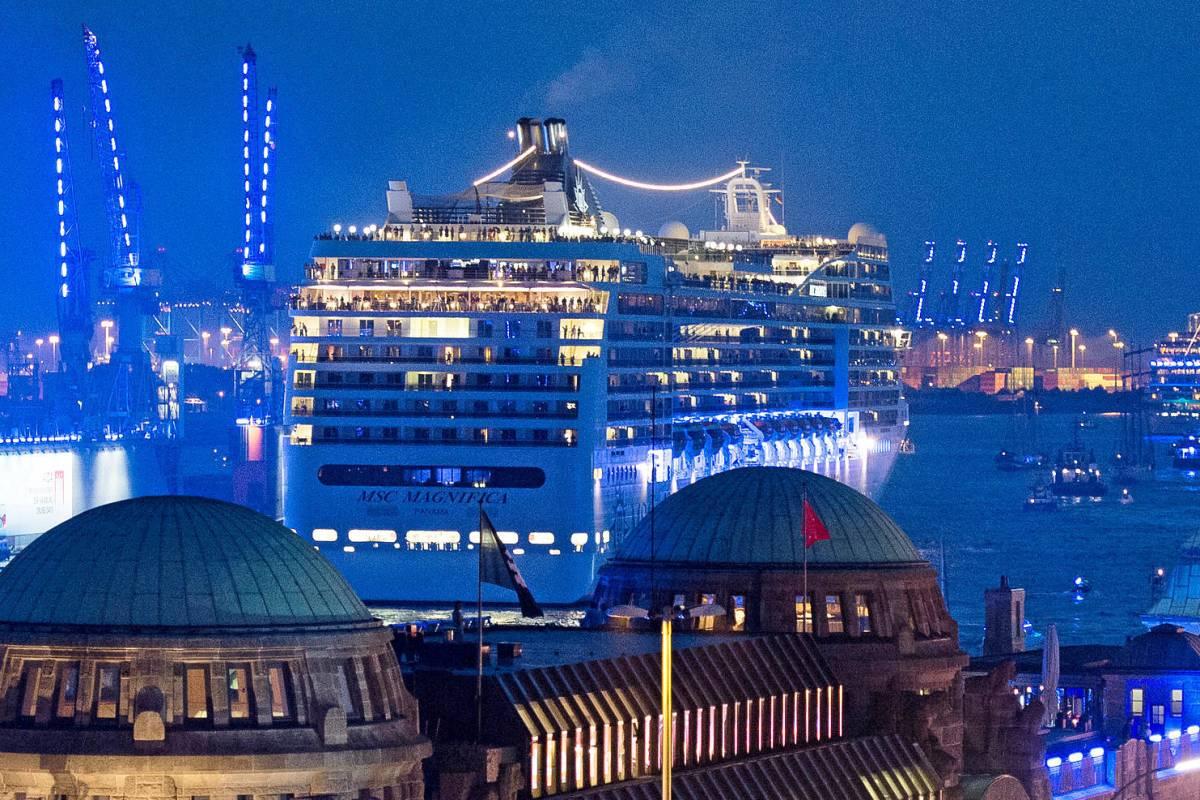 Warum Der Hamburger Hafen Schon Wieder Blau Leuchtet