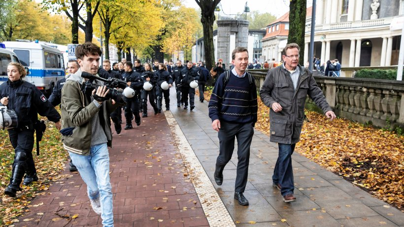 Bernd Lucke verlässt Uni Hamburg unter Polizeischutz – Tumulte