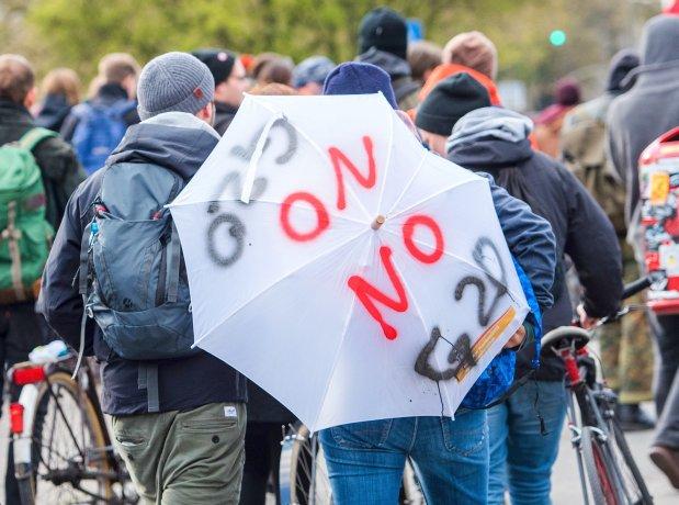 """Teilnehmer einer Demonstration des Bündnisses """"Gemeinsam statt G20"""""""