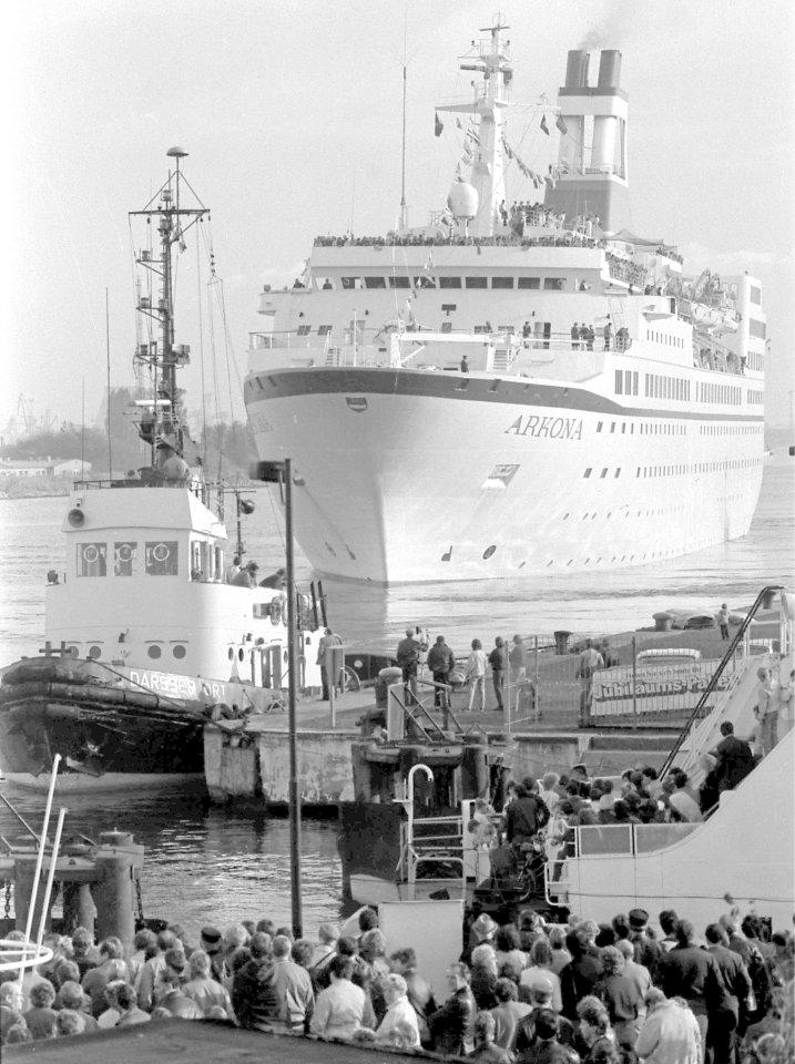 """Das Schiff, inzwischen in """"Arkona"""" umbenannt, 1985 in Warnemünde."""
