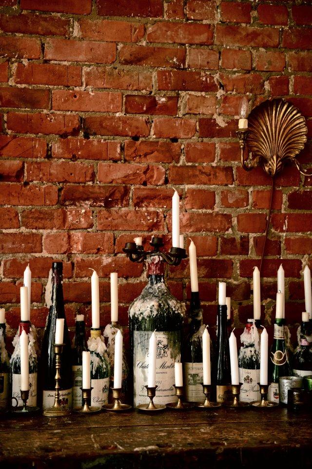 Leere Flaschen guter Tropfen taugen auch als Kerzenhalter.