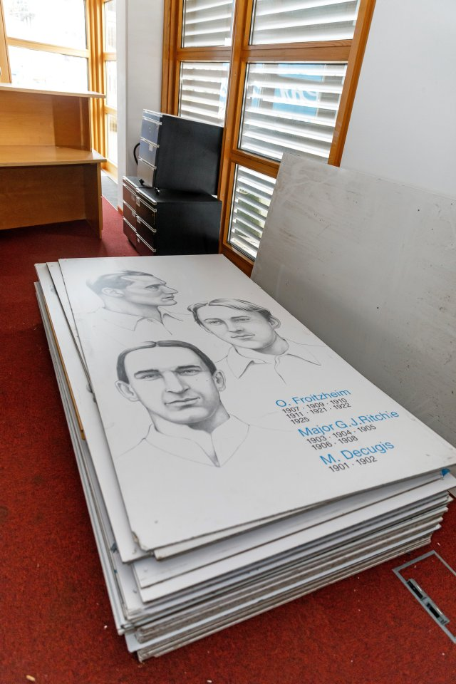 Die Grafiken der Turniersieger liegen im Vorraum des Pressezentrums.