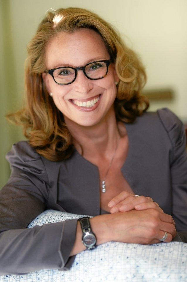 Bürgerschaftspräsidentin Carola Veit stützt sich nach der Geburt ihres dritten Kindes auf dessen Krabbeldecke.