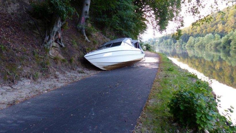 sportboot fliegt in james-bond-manier auf fahrradweg