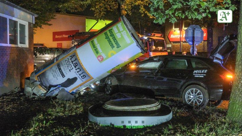 Polizei Hamburg: Carsharing-Wagen fährt gegen Litfaßsäule