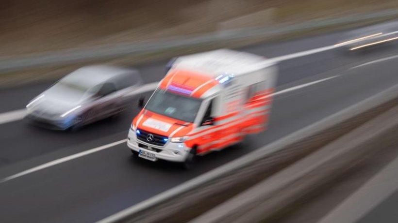 Mann verliert Kontrolle über Motorrad: Schwer verletzt