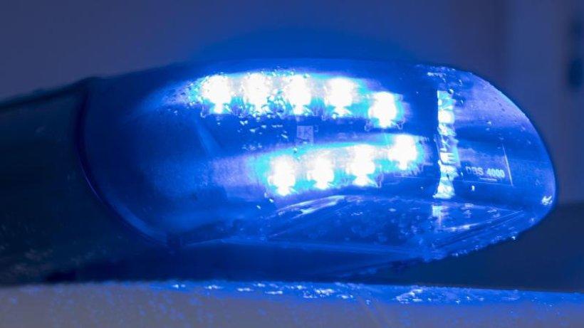 Auto prallt gegen Baum: Mann lebensgefährlich verletzt
