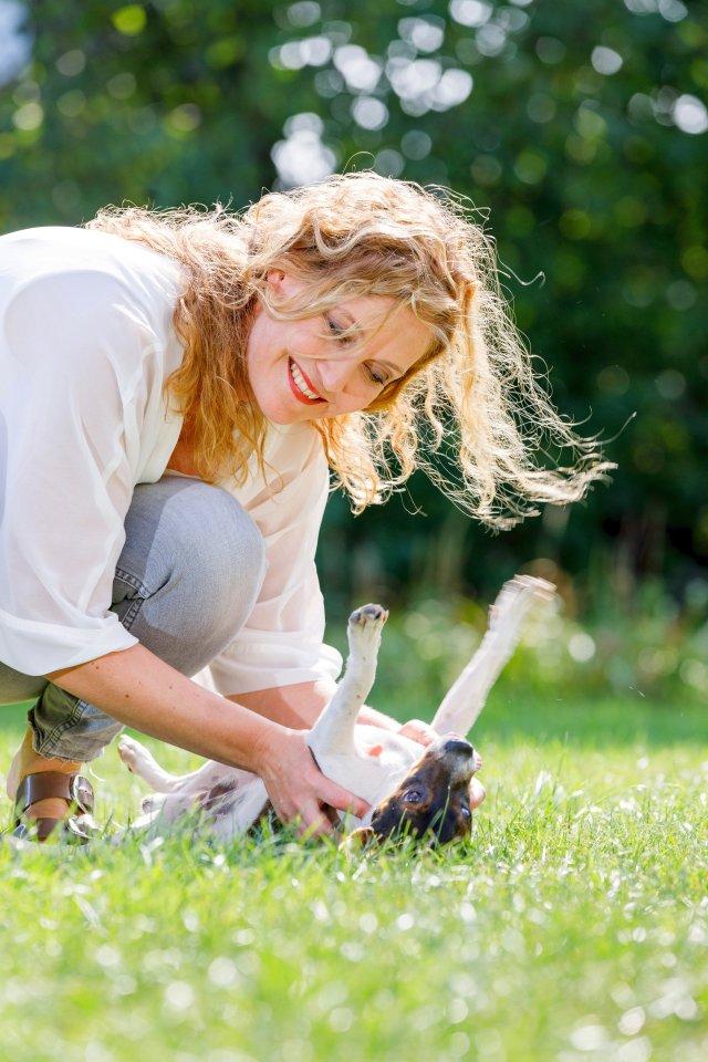 Christina Melzer tobt mit ihrem Hund Flóki auf der Wiese. Der Kleine ist ein dänischer Hofhund.