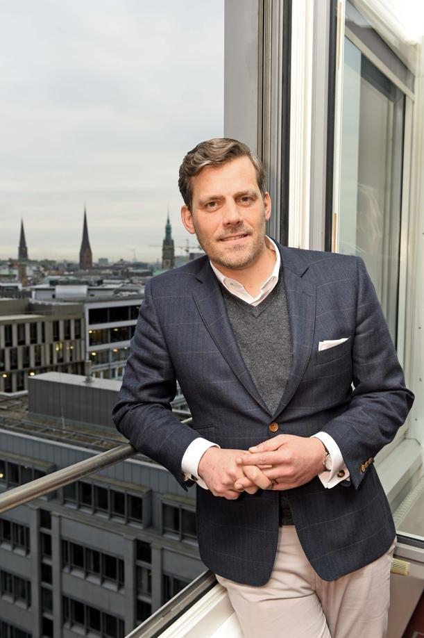 Bezirksamtsleiter Falko Droßmann (SPD) in seinem Büro mit Blick auf das Rathaus und die Hauptkirche St. Petri.