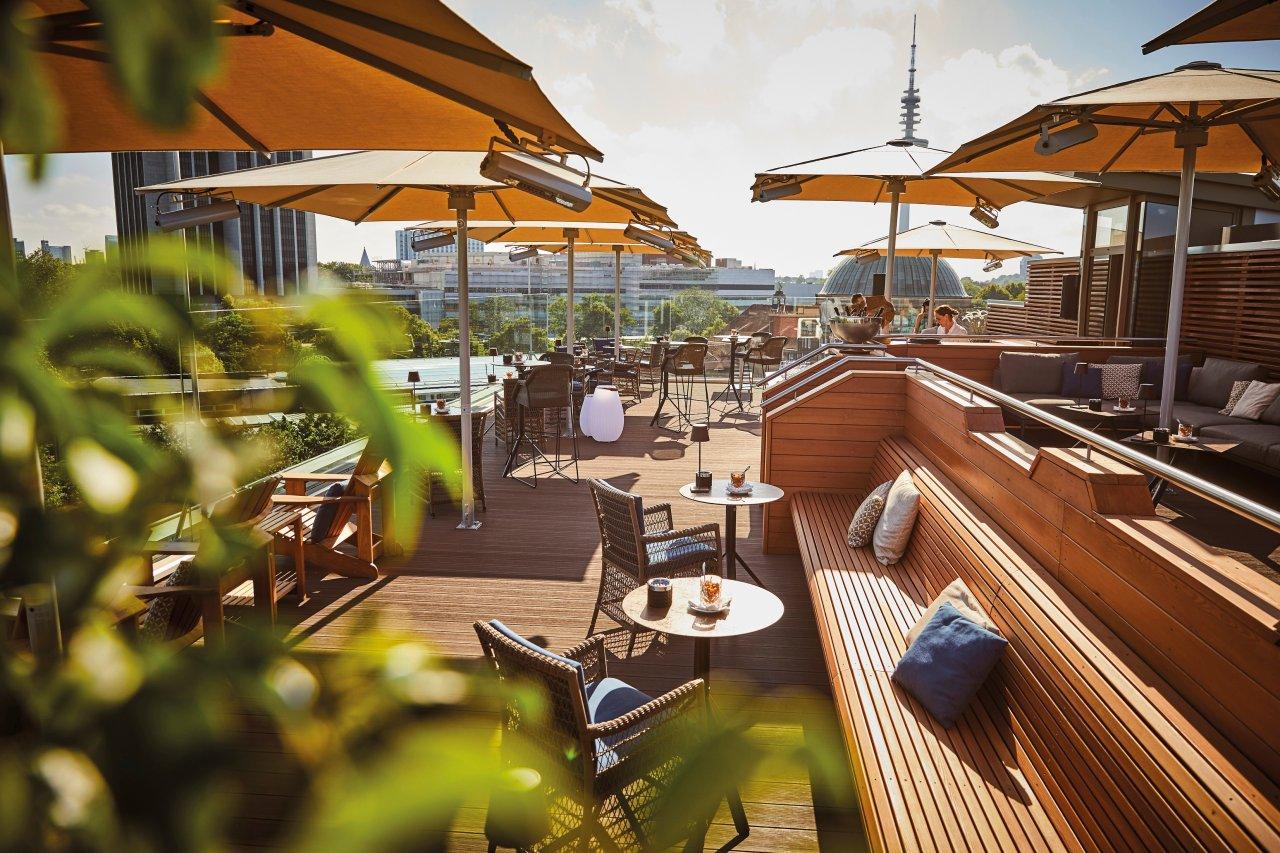 """Kreative Pause oder Brainstorming mit Panoramablick? Die """"Top Seven"""" Bar auf der Spitze des Grand Elysée in Hamburg ermöglicht beides."""