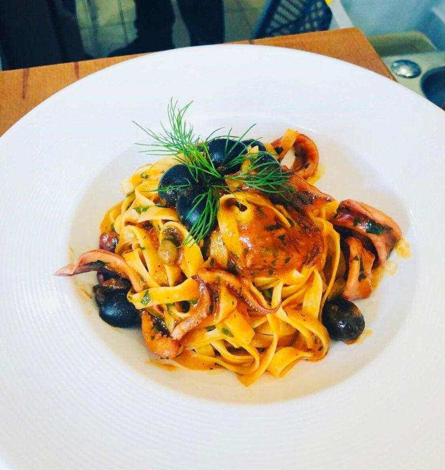 Während Francesco Monteverde draußen jeden Gast persönlich begrüßt, zaubert der aus Sardinien stammende Giuseppe Bandinu in der Küche viele leckere italienische Klassiker.
