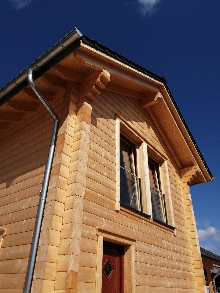 Detailreichtum und eine genaue Verarbeitung zeichnen die Holzhäuser aus.