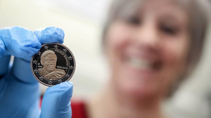 Zwei Euro Münze Mit Helmut Schmidt Kommt In Den Umlauf Hamburg