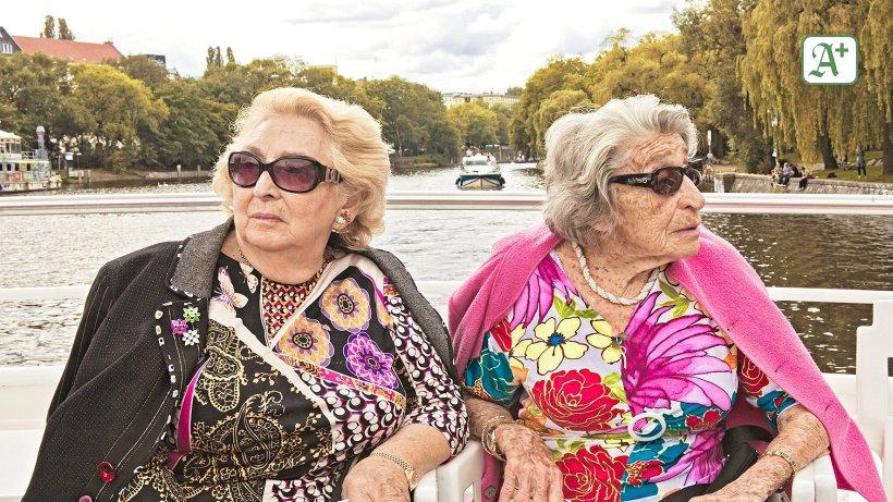 Zwei Freundinnen Erinnern Sich An Alte Zeiten