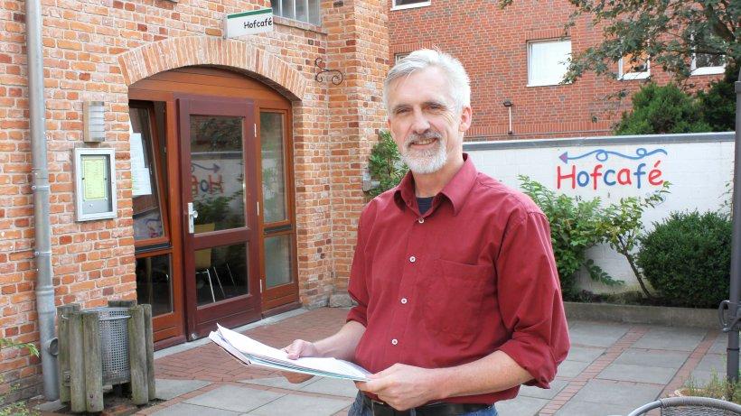 Organisator Artur Hermanni lädt für 6. September zur ersten offenen Lesebühne in das Hofcafé der Elmshorner Brücke ein