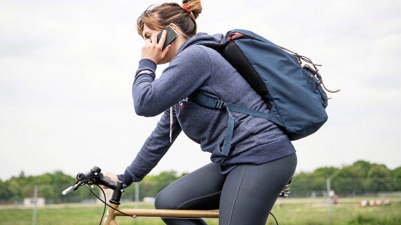 Telefonieren auf dem Fahrrad: Welche Strafen Radfahrern drohen - Hamburger Abendblatt