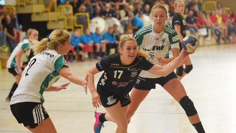 BSV-Neuzugang Maike Schirmer kommt gegen ihre ehemaligen Oldenburger Mitspielerinnen Kira Schnack (l.) und Cara Hartstock