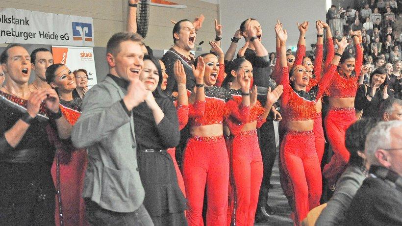 Bei Verkündung der Platzziffern platzt die Freude aus den Buchholzer Tänzern und ihren Trainern Nick Dieckmann und Franziska Becker (v.l.) heraus