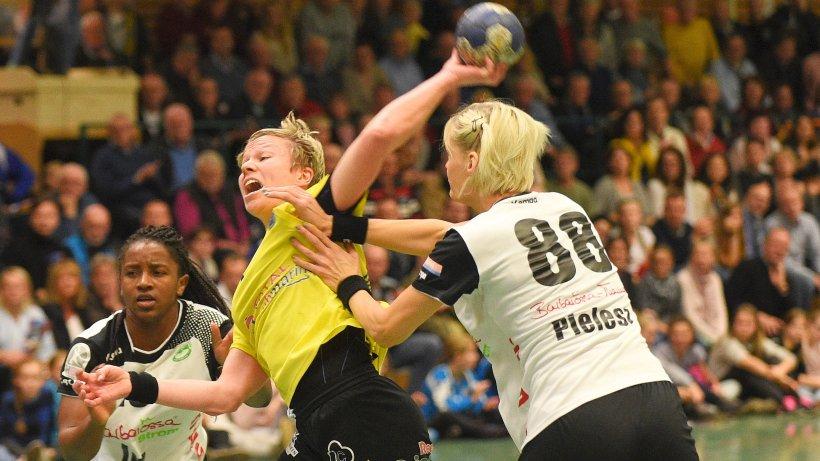 Handball-Bundesliga der Frauen Buxtehuder SV - Frisch Auf Göppingen Friederike Gubernatis hat sich gegen Göppingens Prudence Kinlend (l.) und Klaudia Pielesz durch