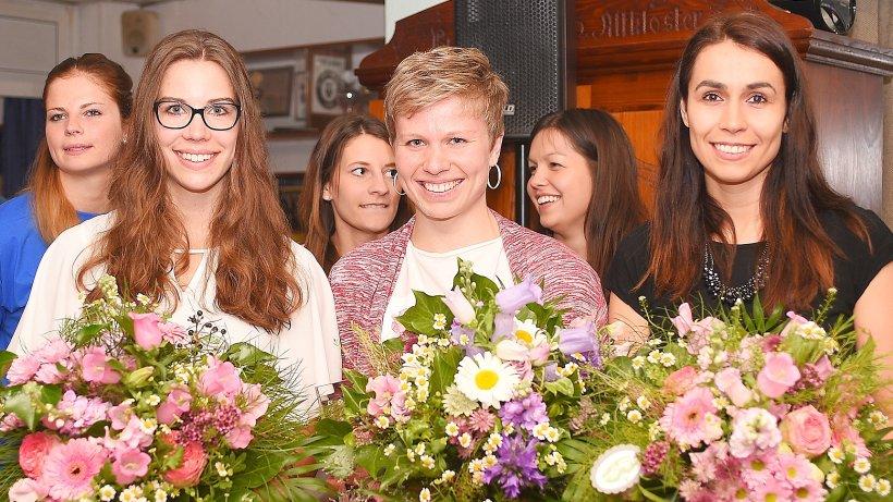 Handball-Bundesliga Frauen Friederike Gubernatis wurde mit großem Vorsprung zur Spielerin des Jahres gewählt, links die zweitplatzierte Emily Bölk und Torhüterin Julia Gronemann als Dritte.
