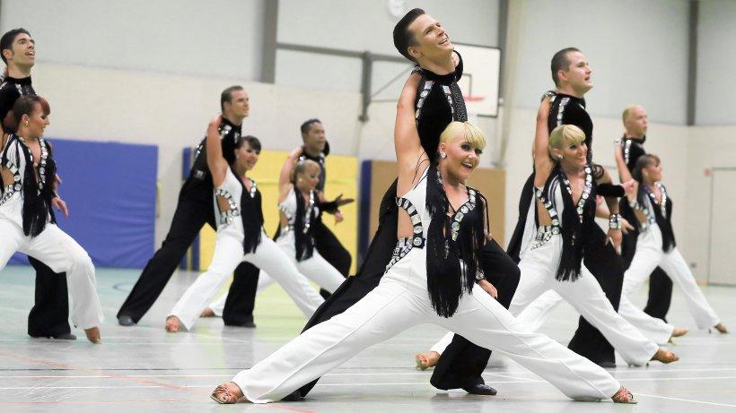 Die Farben Schwarz und Weiß, lange Hosen bei den Damen und große Schmucksteine am Oberteil sind die auffälligsten Elemente des neuen Outfits
