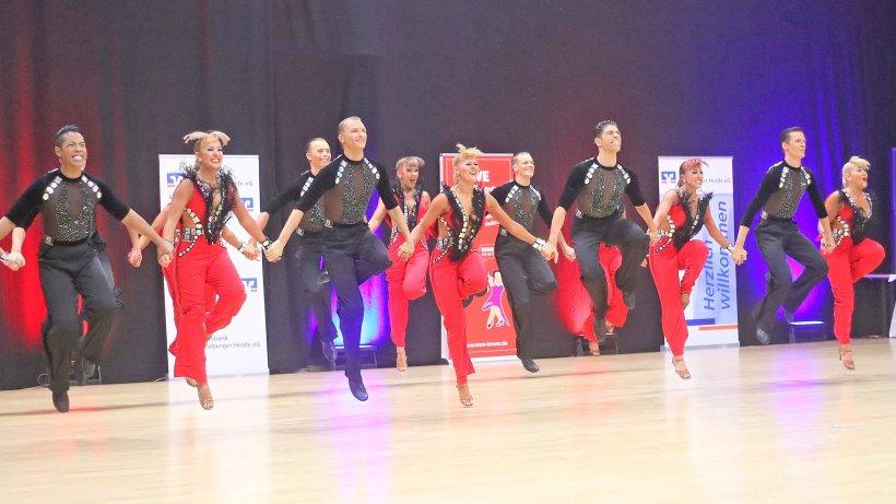 Die A-Formation von Blau-Weiss Buchholz – diesmal im schwarz-roten Outfit – während ihrer sechsminütigen Kür in der Vorrunde