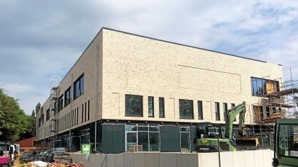 Das Baugerüst ist entfernt, das neue Sportzentrum des Eimsbütteler Turnverbandes am Lokstedter Steindamm soll im Oktober eröffnet werden.