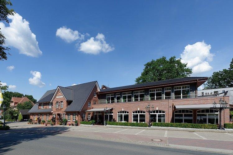 Hotel Sellhorn Außenansicht Urhaus und Neubau