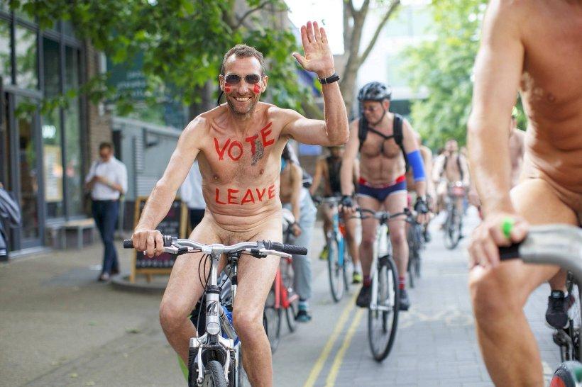 Oben ohne weibliche Biker bei der World Naked Bike Ride