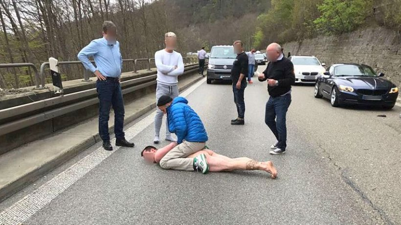 Unfallfahrer springt nach Autobahn-Crash nackt auf Autos