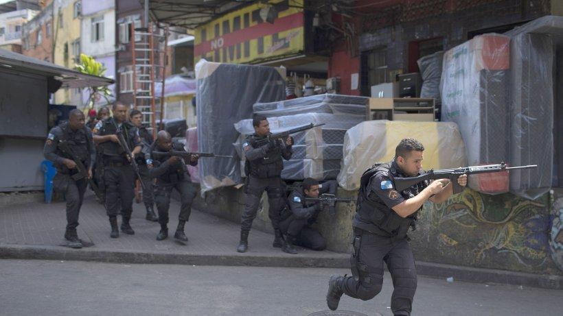 Kriminalität: Kriegsszenen in Rio: 950 Soldaten rücken in Favela ein