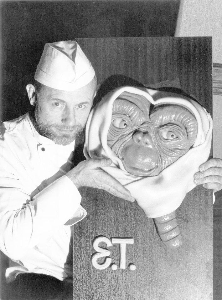 Nehberg, hier mit E.T. aus Marzipan, war auch Konditor.