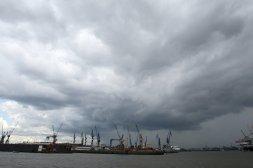 Dunkle Wolken am Hafen (Archivbild)